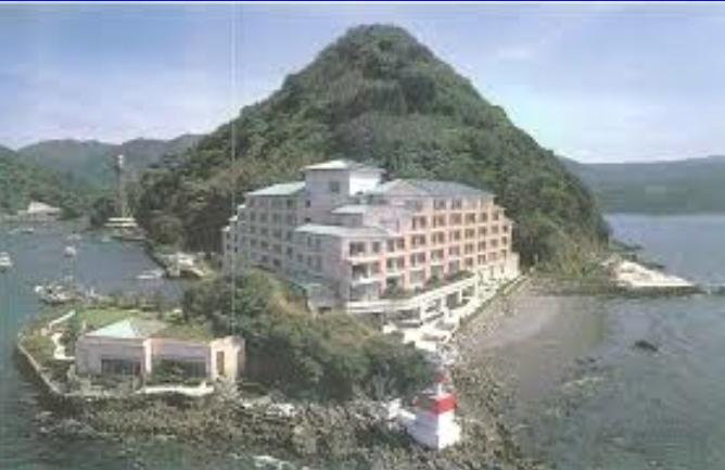 地上の楽園、ホテルと海とおもてなし